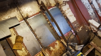 De plaat wordt op zijn plek gehouden door de spanten, hier zie je ook een tijdelijke versteviging