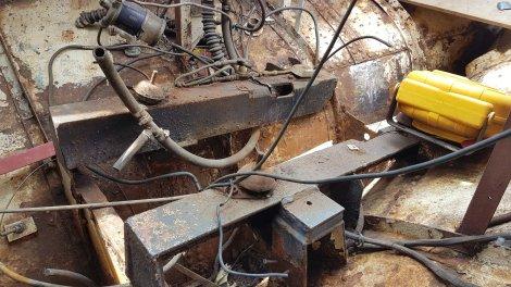 De oude fundatie, nog met de pilaren waar de originele motor op gestaan heeft